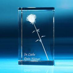 Ein von Herzen kommendes, ganz persönliches Geschenk und ein Hingucker auf Schreibtisch und Regal gleichzeitig ist dieser gravierbare Glasblock, in dem mit Lasertechnik faszinierend detailgetreu eine Rose verewigt wurde. Sehr nette Geschenkidee!