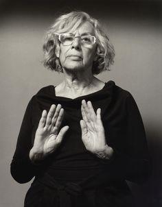 Retrato de Manuela Carmena que realizó el fotógrafo Alberto Schommer en la serie 'No oculto nada', donde retrata a candidatos a la Comunidad y al Ayuntamiento de Madrid mostrando las palmas de sus manos.
