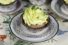Diese wunderschönen Schoko-Pistazien-Cupcakes sind ideal für Partys und Mädelsabende. Mit unserem Rezept klappt es definitiv und macht auch noch Spaß!