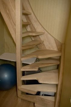 Hele steile trap met verspringende treden. Moderne Trappen op maat vindt u bij Trappenmakerij Smet