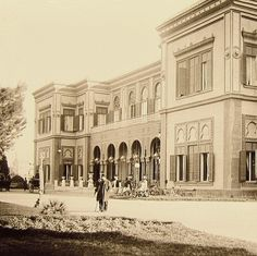 RARE old snapshot of The Gezirah Palace (Cairo Marriott Hotel), Egypt circa 1900 Old Egypt, Cairo Egypt, Ancient Egypt, Islamic Architecture, Art And Architecture, Grey Wallpaper Iphone, Marriott Hotels, Beautiful Hotels, Best Hotels