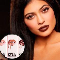 Kylie Jenner lança linha de batons   A meia- irmã caçula de Kim Kardashian lança sua linha de batons. Kylie Jenner lançou segunda feira uma linha de batons em parceria com a empresa Ultrabrand o Kylie Lip Kit que contém três batons liquidos matte um nude um marrom e um rosa claro. A modelo deu uma prévia no seu instagram dos produtos e postou o making-off da campanha.  BATOM BEAUTY BELEZA KARDASHIAN KYLIE JENNER