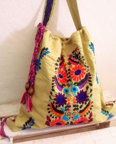 Bolso- Mochila con hermoso bordado floral mexicano, unica pieza hecha a mano diseño original de Pure Love