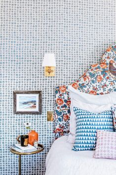 A Guest Bedroom with Major Pattern in Layers of Blue & Orange A preppy palette of blue and orange gets fresh with this layered bedroom with tons of pattern. Consider this your lesson in how to perfectly combine prints! Guest Bedroom Decor, Guest Bedrooms, Bedroom Inspo, Guest Room, Bedroom Ideas, Bedroom Makeover Before And After, Bedroom Orange, Blue And Pink Bedroom, White Bedroom