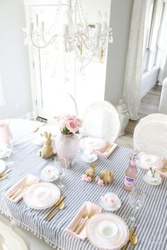 26 Gorgeous Easter Tablescapes To Try - thetarnish Easter Table Settings, Easter Table Decorations, Decoration Table, Easter Decor, Holiday Decorations, Easter Centerpiece, Easter Ideas, Home Furniture, Furniture Design