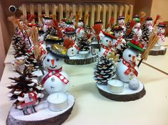 Nice full for a Christmas market - En attendant Noël - Noel Pine Cone Crafts, Crafts To Do, Christmas Crafts, Crafts For Kids, Diy Crafts, Christmas Ornaments, Christmas Markets, Homemade Christmas, Wood Crafts