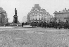 Piața Lascăr Catargiu (azi Romană) Prizonieri români, la intersecția Bd. Lascăr Catargiu (fost Colței) cu str. Romană (azi Mihai Eminescu), în decembrie 1916 © IWM (Q 87141)  În dreapta statuii lui Lascăr Catargiu (sculptor Antonin Mercié, 1907), se observă imobilul pe locul căruia va fi construit, în 1936-1937, Blocul Palladio (cunoscut ca Turist, înainte de 1989), opera arh. Marcel Locar, precum și casa Nicolae Petrașcu (1907, arh. Ion Mincu), imobil existent și azi, la capătul străzii ... Bucharest Romania, Old City, Timeline Photos, Old Pictures, Time Travel, Louvre, Memories, Dan, Country