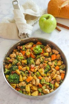One Pan Chicken with Apples is an easy and delicious autumn dinner!