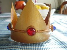 For the Nintendo Princess in all of us . Free tutorial with pictures on how to make a tiara / crown in under 60 minutes by papercrafting with scissors, hot glue gun, and polymer clay. Inspired by super mario and costumes & cosplay. Mario And Princess Peach, Princess Hat, Princess Costumes, Jesus Crown, Nintendo Princess, Crown For Kids, Super Mario Party, Diy Crown, Paper Crowns