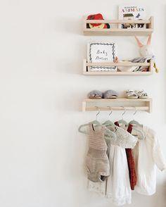 IKEA Gewürzregal Bekväm im Kinderzimmer - für Bücher und als Kleiderstange