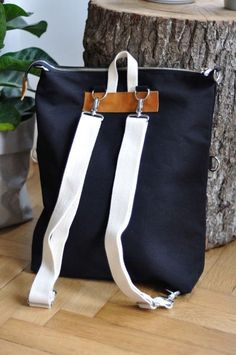 Best 12 Jeans Bag Patterns: 12 Amazing Recycled Jeans Bags With Patterns scroll down. still looking for source – SkillOfKing. Leather Bags Handmade, Handmade Bags, Leather Bag Tutorial, Diy Backpack, Craft Bags, Denim Bag, Clothes Crafts, Fabric Bags, Bag Making