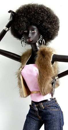 Manon by DivaLuvv, via Flickr. Love that outfit and her accessories. What a striking doll.