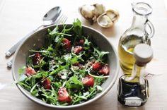 świeży zapach + silny smak + pomidorowa czerwień + milion witamin = idealny szybki lunch na ponure jesienne dni.  Sałata z rukoli i pomidorków koktailowych z parmezanem.