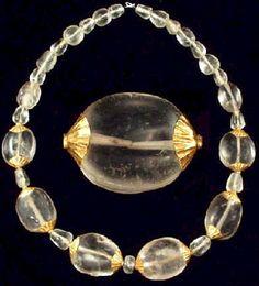 Usaban en joyería el oro, la plata, la pasta vítrea, piedras preciosas, perlas etc. Los anillos se fabricaban de bronce y de pasta vítrea, los collares y brazaletes de oro y pasta vítrea.  Los collares de oro usaban cuentas de granates, variscitas, esmeraldas, amatistas o perlas.  Los Anillos de oro se acompañaban de piedras preciosas de cornalina calcedonia, crisolita, azabache, ágatas o pasta vítrea y otras gemas.