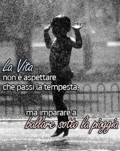 La vita non è aspettare che passi la tempesta, ma imparare a ballare sotto la…