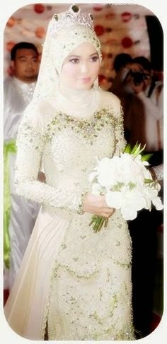 Kebaya pengantin muslim dengan jilbab atau tudung. Model kebaya yang memiliki tubuh ramping adalah yang panjang gaunnya sampai pada lutut de...