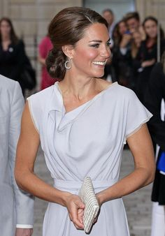 Kate wore a lovely dove-grey dress byRoksanda Ilincic, carrying a sparkly thin bag... love her style