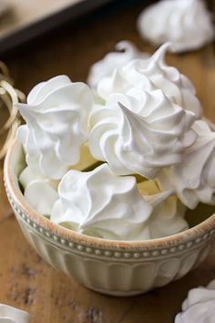 How to make flawless MERINGUE COOKIES! These easy Christmas desserts are low on calories and only need 5 ingredients to make! Super simple and SO good, this is one of my favorite cookie recipes! Lemon Meringue Cookies, Baked Meringue, Meringue Cookie Recipe, Cookie Recipes, Meringue Recipe No Cream Of Tartar, French Meringue, Köstliche Desserts, Delicious Desserts, Vanilla
