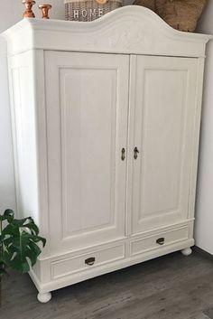 Antiker Bauernschrank mit Kreidefarbe in Kreideweiss - Möbel restaurieren - wie das funktioniert zeige ich Euch auf elfenweiss.de