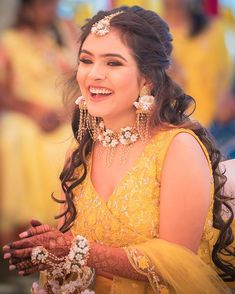 Beautiful u. Happy bride in yellow - Floral Garden Ideas Beautiful u. Happy bride in yellow / Bridal Mehndi Dresses, Mehendi Outfits, Bridal Outfits, Unique Wedding Hairstyles, Bride Hairstyles, Flower Jewellery For Mehndi, Flower Jewelry, Happy Bride, Haldi Ceremony