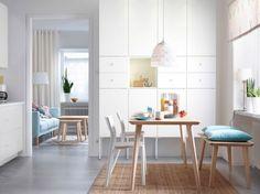 design scandinave -table-bois-clair-chaises-bois-blanc-tapis-sisal-ikea