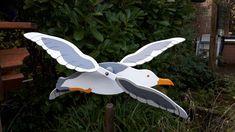DE MALLE MOLEN www.windmolentjes.blogspot.com Windmolentjes met een bewegend figuur Pruning Shears, Garden Tools, Birds, Wood, Steamer Trunk, Gardening Scissors, Yard Tools, Bird