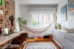 Uma cozinha com armários de madeira de demolição, um quarto aconchegante em tons…
