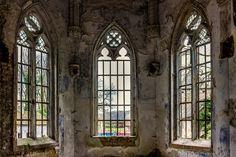 Een oude kapel in een verlaten gebouw in Belgie van Steven Dijkshoorn