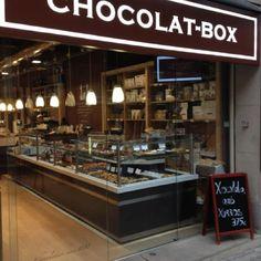 Chocolat-Box es fonamenta en una llarga tradició pastissera i xocolatera que es remunta al 1888, situat al carrer Capellans n º2 metre parada Jaume I i Urquinaona. Aquesta adaptat i té parada de taxi. El tracte i el preu és bo.