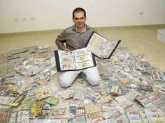 Juan Fernando Sisa Vargas  su colección de billetes de lotería.