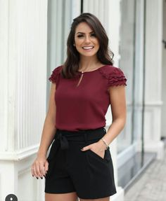 I like these shorts and the color of the blouse. Curvy Outfits, Casual Outfits, Fashion Outfits, Blouse Styles, Blouse Designs, Elegante Shorts, Evening Outfits, Cute Summer Outfits, Womens Fashion For Work