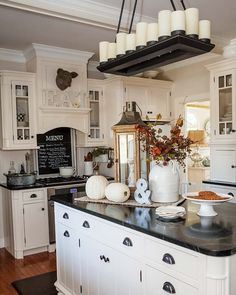 Wonderful Fall Kitchen Design For Home Decor Ideas - Andaziyar Country Kitchen Flooring, Country Dining Rooms, Kitchen Dining, Kitchen Decor, Kitchen Cabinets, American Kitchen Design, Shabby Chic Kitchen, Country Chic Kitchen, Modern Country
