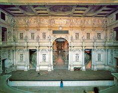 Scenae Frons (proscênio) Teatro Olimpico em Vicenza (1580-83) Andrea Palladio  Foi encomendado à Palladio pela Accademia Olímpica, dos quais Palladio era um membro.  O cenário permanente foi desenhado por Vincenzo Scamozzi. Ele é baseado na antiga (scenae frons) romana. Mas arranjo de colunas, estátuas, tabernáculos, e relevos de Scamozzi não segue um modelo antigo exato.  As três aberturas centrais levam à ruas dispostas em raios que terminam aparentemente em uma vasta distância do palco…