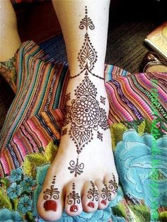 A very clean and simple bridal mehndi design for feet.