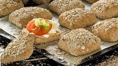 Nyttiga frallor med dinkelmjöl   Allas Recept Lchf, Hamburger, Food And Drink, Gluten, Bread, Breakfast, Ethnic Recipes, Drinks, Morning Coffee