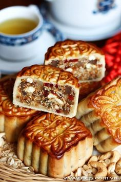 Hi guys, mid-autumn festival is coming soon. Beside of buying these grilled moon cakes (bánh trung thu nướng) outside, why Vietnamese Cuisine, Vietnamese Recipes, Vietnamese Dessert, Mooncake Recipe, Cake Festival, Cake Recipes, Dessert Recipes, Cupcakes, Asian Desserts
