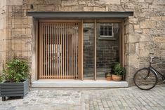 Porteous' Studio is a simple, architect designed holiday home in Edinburgh. Design studio Izat Arundell has converted a former blacksmith's workshop in Studio Interior, Luxury Interior Design, Arch Interior, Open Baths, Stained Glass Studio, Beton Design, Edinburgh Castle, Edinburgh Scotland, Rustic Stone