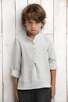 Cette chemise en lin pour garçon est d'une classe incroyable. Retrouvez notre gamme de tissus en lin sur http://www.couturelin.com/utilisation-tissus-lin/tissus-lin-habillement.html