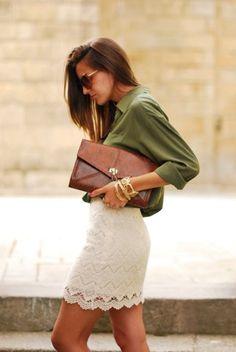 Saia de renda clara e camisa de seda verde musgo. Bolsa de mão caramelo e acessórios dourados.