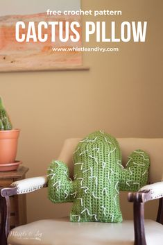 Crochet Cactus Pillow – Free Crochet Pattern This easy crochet cactus pillow uses chunky yarn so it's quick to make and accents your desert chic southwestern modern home design. Or make it to go with your summer outdoor decor! Crochet Cushions, Crochet Pillow, Crochet Yarn, Free Crochet, Blanket Crochet, Crochet Granny, Cactus En Crochet, Crochet Cactus Free Pattern, Knitting Patterns