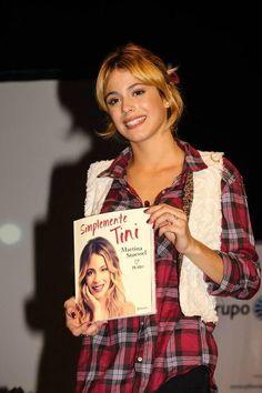 Martina Stoessel com o livro «Simplesmente Tini» que é o livro sobre ela