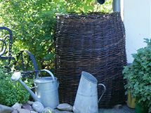 """Nevzhledný sud na dešťovou vodu můžete """"obléct"""" do výpletu z vrbového proutí Garden Cottage, Garden Art, Garden Plants, Garden Design, Twig Crafts, Water Collection, Rain Barrel, Rainwater Harvesting, Backyard Projects"""