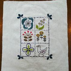 違う雰囲気の『花と小鳥』完成。 周りを飾ってみました。 色が分かりにくい 薄い藍色と紫色です。 楽しい作品でした! #刺繍#刺しゅう #てしごと#embroidery