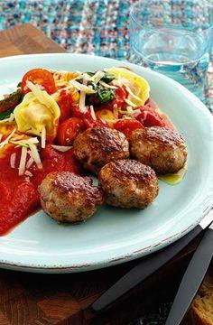 Frikadeller med tortellini, spinat og tomat