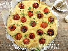 La focaccia con pomodorini è alta, soffice, saporita e si presta divinamente ad essere farcita o mangiata così, semplice e senza alcun condimento