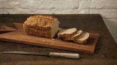 Rita Lobo mostra o passo a passo de uma ricota caseira para comer de várias maneiras com um pão integral que leva fermento de bolo . As sobras viram um pudim de pão com caramelo e creme de avelã, que se transformam nos croutons de uma panzanella – uma salada de pão, que vai na marmita.