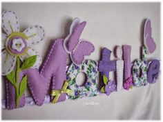 Placa de nome em feltro - Matilde, com borboletas. {Name banner for girl with flowers and butterflies - in purple and blue. Felt Name Banner, Felt Letters, Diy Letters, Name Banners, Felt Kids, Felt Baby, Diy Projects To Try, Sewing Projects, Felt Templates
