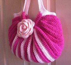 Crochet Purses Ideas Crochet pink fat bottom bag with rose. I links to a photo stream but a few photos down the line is a crochet chart for the body for the bag. Beau Crochet, Crochet Diy, Love Crochet, Crochet Gifts, Beautiful Crochet, Crochet Chart, Crochet Tote, Tutorial Crochet, Purse Patterns Free