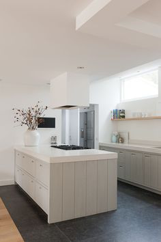 www.vandenkommer.nl Neutral taupe and white kitchen keuken