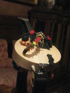 Guitarra da Joana Vasconcelos Installation Art, Sculpture, Cake, Amazing, Desserts, Food, Guitar, Tailgate Desserts, Deserts